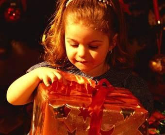 プレゼントを開ける子供