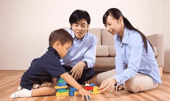 積み木をする子供