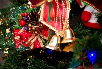 クリスマスのプレゼントを中学生の彼氏に渡す