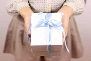 プレゼントを手渡しする女の子