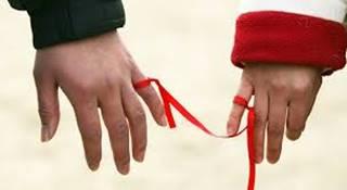 小指を赤い糸で結ぶ