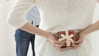 彼氏にプレゼントを渡すタイミングを図る