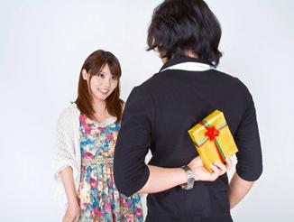 プレゼントを隠し持つ男性