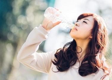 真夏に水分補給をする