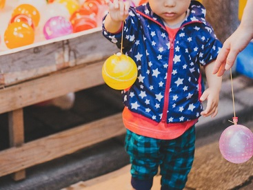 夏のお祭りで遊ぶ子供