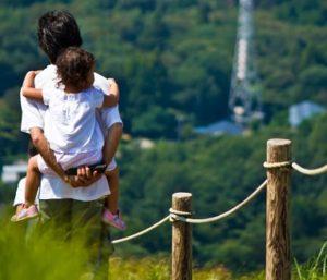 夏バテ気味な子供を抱っこするお父さん
