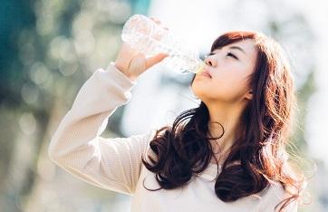 夏バテで水を飲む