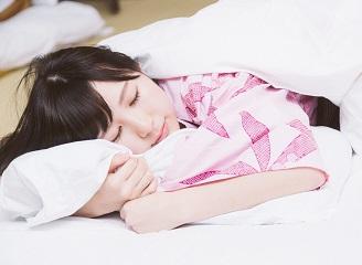 旅館で二度寝する女の子