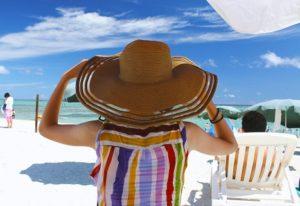 暑いので帽子をかぶる