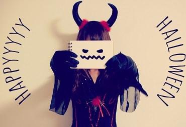 ハロウィンの仮装で悪魔になる女子