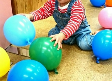 自宅で風船で遊ぶ男の子