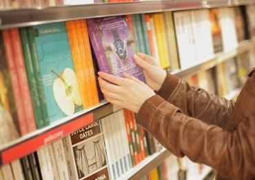海外の本を手に取る女性