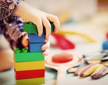 知育玩具で遊ぶ男の子