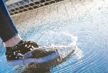 水たまりをスニーカーでジャンプ
