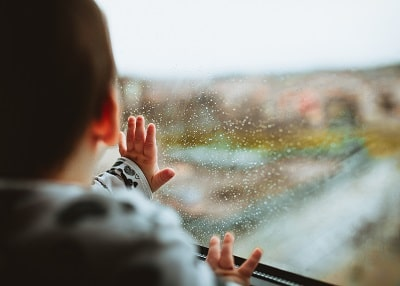 雨にはしゃぐ赤ちゃん