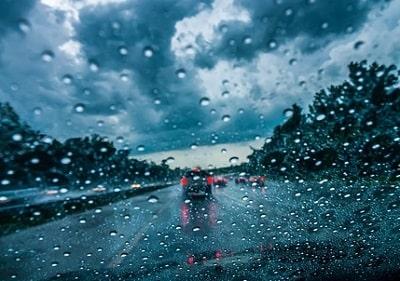 車に乗ってたら雨が降ってきた