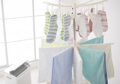 除湿器と洗濯物